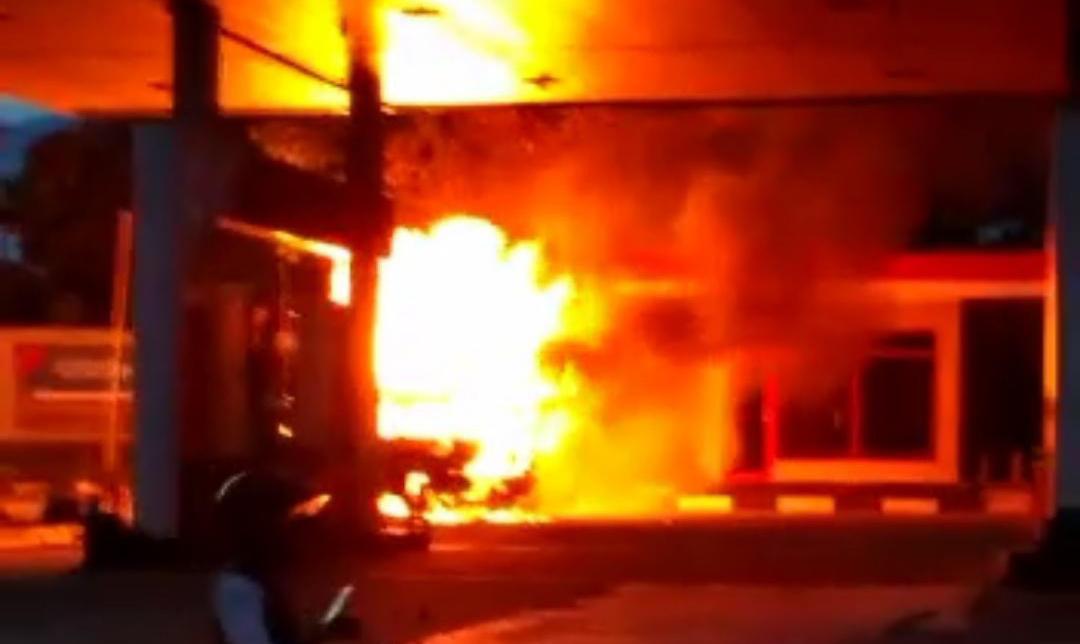 Mobil Gas Elpiji Terbakar Di SPBU Warungkondang