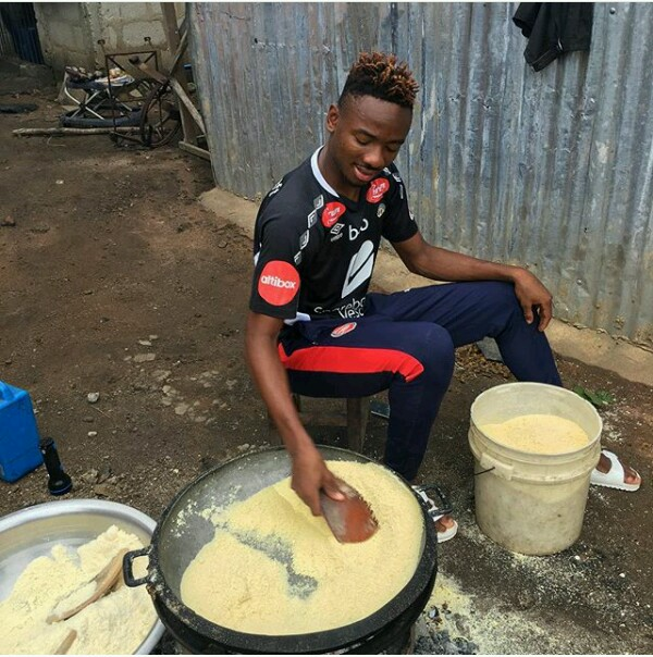 Arsenal and Nigerian player Kelechi Nwakali travelled to his village today and assisted his parents in 'frying' garri.