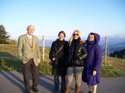 Η Βασούλα, η Χίλντεγκαρντ, η μεταφράστρια Γιούντιτ και ο Χάινριχ που τους μετέφερε, φωτογραφίζονται στα βουνά πάνω από το  Μπρέγκεντς