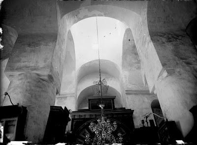 Вид на купол и поддерживающие колонны, видна люстра и часть иконостаса, на самом верху которого позолоченный железный крест и два ангела, держащие крест.(Фотография из историко-художественной коллекции Тартуского Университета. Середина 30-х годов XX века.)
