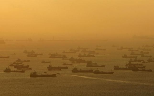 Shipping vessels and oil tankers line up on the eastern coast of Singapore in this 22 July 2015. Photo: REUTERS / EDGAR SU