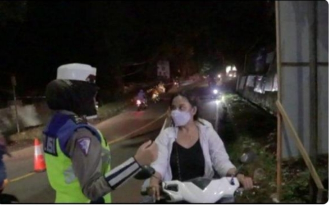 Nekad Terobos Penyekatan, Pemotor Cantik yang Tak Pakai Helm Ini Langsung di Stop Polwan