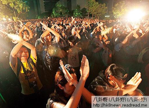 入夜後仍有大批市民繼續留守廣場,喊口號及唱歌支持絕食人士,並以手勢表明「不要洗腦」。(王偉洪攝)