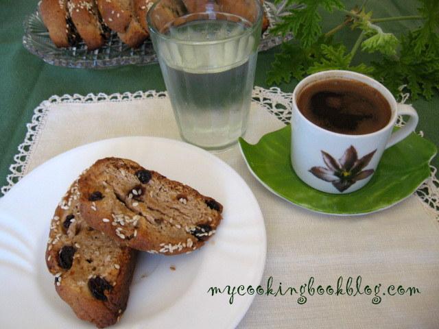 Паксимадя (Παξιμάδια) или сухари с червено вино и стафиди