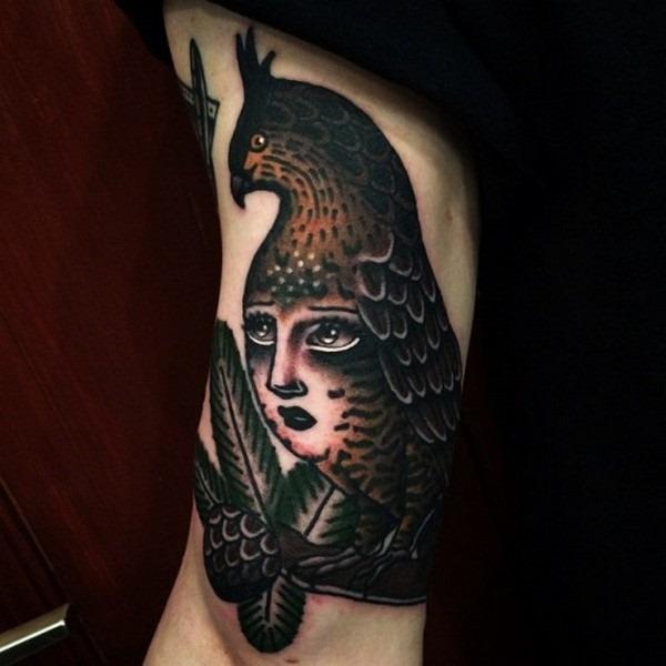 pssaro_com_a_cara_da_mulher_de_tatuagem