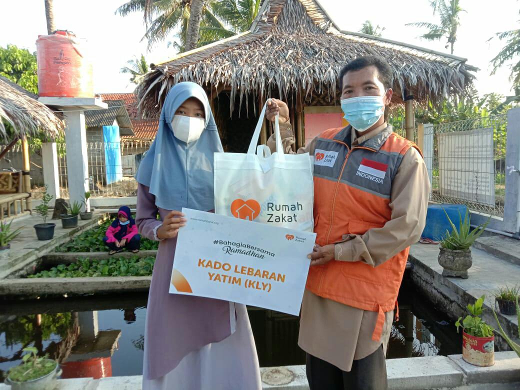 Rumah Zakat Menyalurkan Kado Lebaran Yatim Kepada 12 Santri Saung Qur'an Al-Awwal Binaan Rumah Zakat Bekasi
