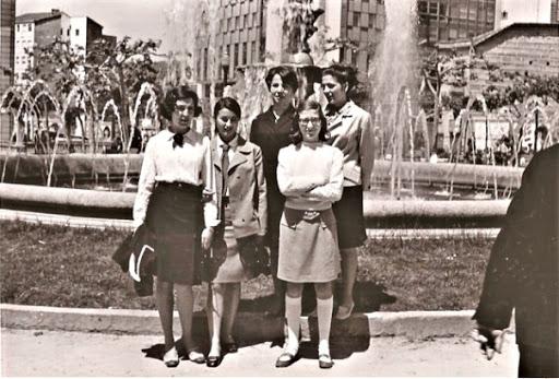 Eva cuando llegamos a vivir en Orense. Con Rosita y Pilar, en la plaza del Concejo