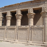 kolumny Świątynia Hathor Dendera.jpg