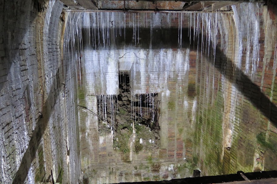 In einigen Bereichen wird der Bunker zur Tropfsteinhöhle