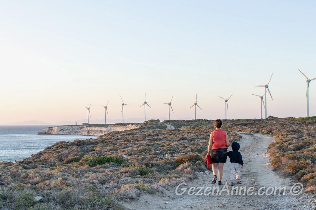 Bozcaada, Polente'ye doğru yürürken, rüzgar türbinleri ile