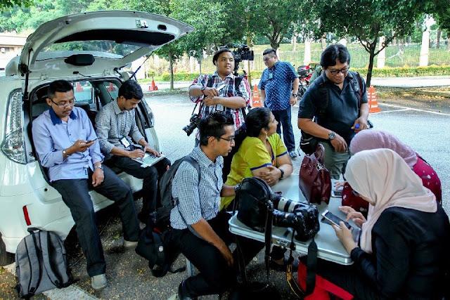 Lebih 50 petugas media 'berkampung'