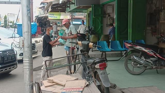 Sejumlah Pemuda Yang Tergabung Dalam GBFM Bagikan Nasi Kotak Untuk Disabilitas