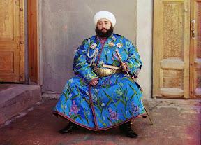 Эмир Сэйид Мир Мохаммед Алим Хан – эмир Бухары – сидит с мечом в Бухаре (нынешний Узбекистан) в 1910 году