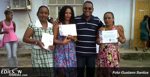 Edilson Ferreira com algumas alunas do curso