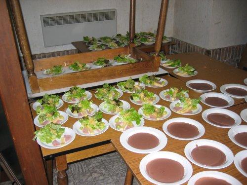 De bordjes met de salade zijn klaar. Het chocoladetoetje wacht nog op afwerking.