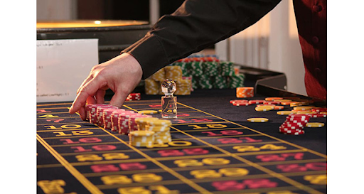 Casino audio system captures players' and dealers' words