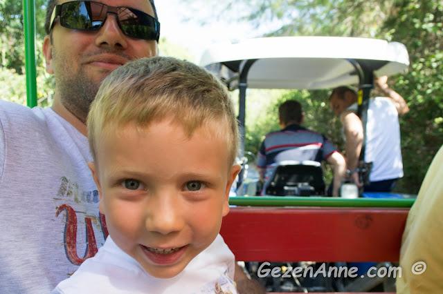 oğlumla babası açık hava traktör yolculuğu yaparken, İncekum Marmaris