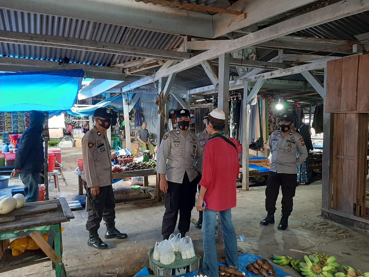 Giat Akhir Pekan Kapolsek Donri - Donri Pimpin Pengamanan dan Relokasi Pedagang di Pasar Tajuncu