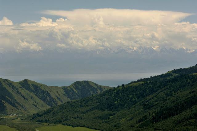 Le Terskey Alatau vu depuis le Kungey Alatau ; entre les deux chaînes du Tian Shan : le lac Issyk kül. Kyzyl-Ak-Suu , 5 juillet 2006. Photo : B. Lalanne-Cassou