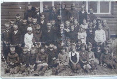 Школьники около школы, 1934 годЗадний ряд 2-ая справа Галя Елёхина(из собрания Загривского школьного музея)