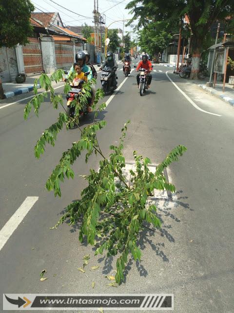 Kondisi Jl Raya Letkol Sumarjo yang rusak