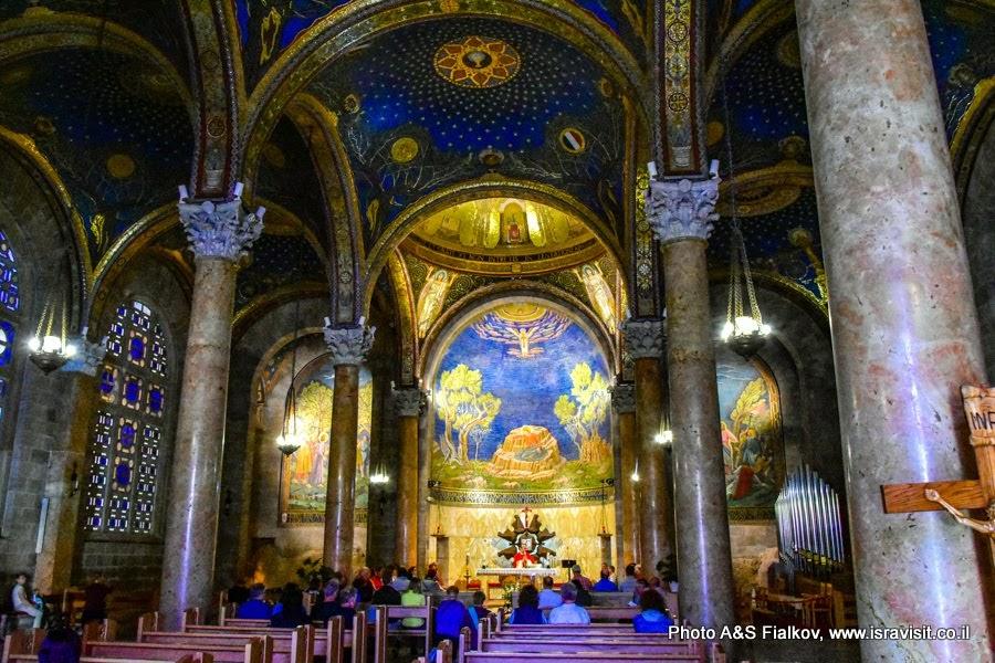 В Церкви всех наций. Архитектор Антония Барлуцци.