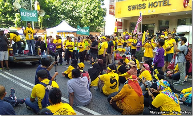 speech-yellow-shirt-bersih