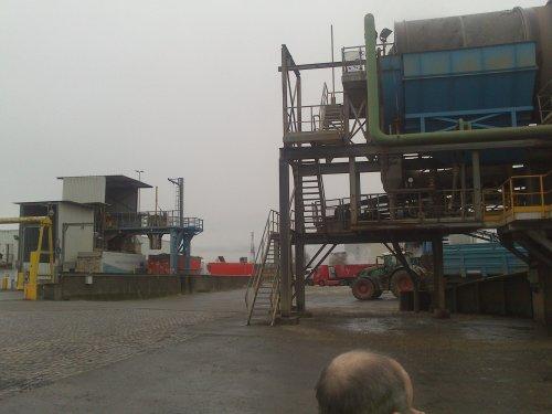 Er wordt een staal genomen bij aankomst van de bieten om het suikergehalte te bepalen.