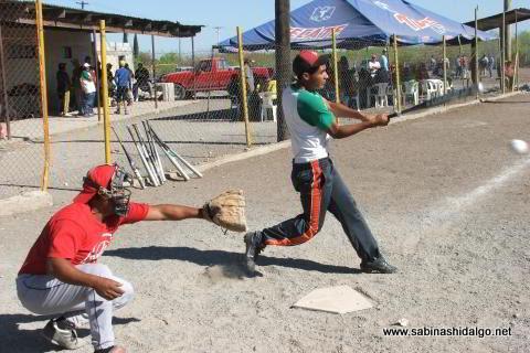 Damián Arredondo de Yankees en el softbol del Club Sertoma