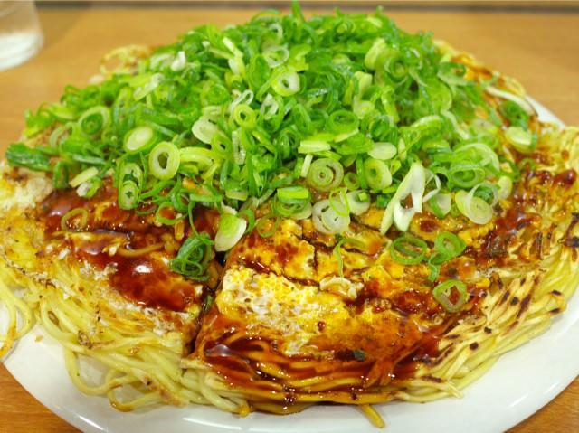 ネギが大量に盛られた広島みっちゃんのお好み焼き