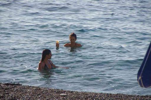 Petit café dans l'eau de mer.