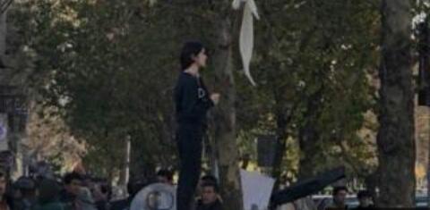 Andaure Wata Mata Saboda Ta Bude Gashinta A Iran