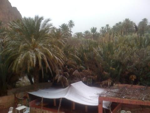 Zelt mit Schnee in der Todra-Schlucht, Atlas-Gebirge, Marokko