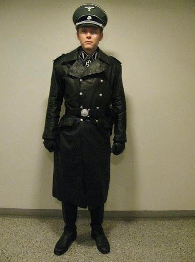 чёрный кожаный плащ полковника СС