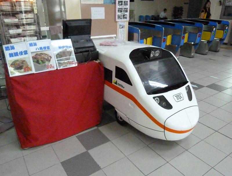 Gare de Xizhi. Chariot pour présenter et vendre les plats préparés biandang (便�