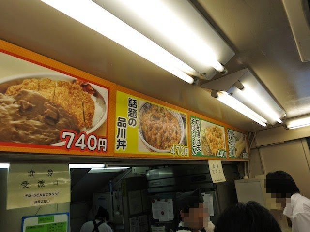 店内のカウンター上。カレーと品川丼がオススメのようだ