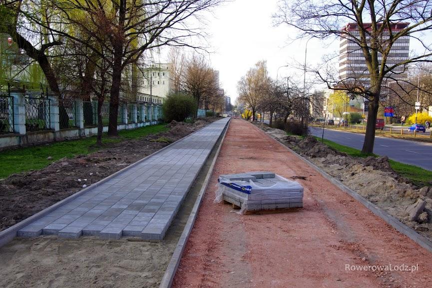 Chodnik gotowy na kolejnym odcinku. Rowerówka będzie tu mieć 3 m szerokości.