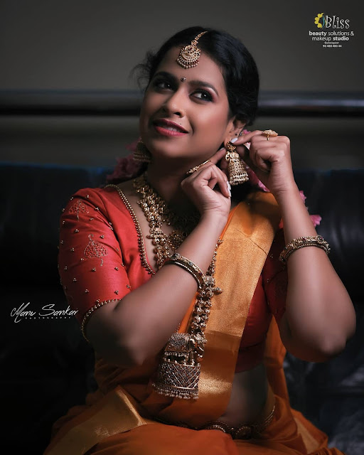 Sadhika Venugopal navel photos