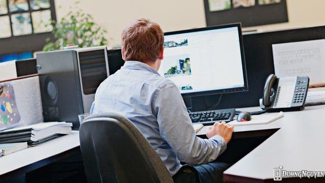 Nhân viên văn phòng tiếp xúc nhiều với máy vi tính sẽ gây hại cho mắt