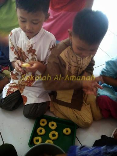 Siswa SD Al-Amanah Membuat & Menghias Donat di Sentra Seni