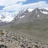 Mont Kyzyldong (5700 m) au sud du col Koi-Tezek (4271 m), à l'Est de Jelondy ; N 37° 26.882' E 72° 48.717', Pamir, Tadjikistan, 20 juillet 2007. Photo : E. Zinszner