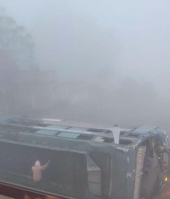 देवघर: पालाजोरी के पास बस पलटी, एक यात्री की मौत जबकि दस घायल