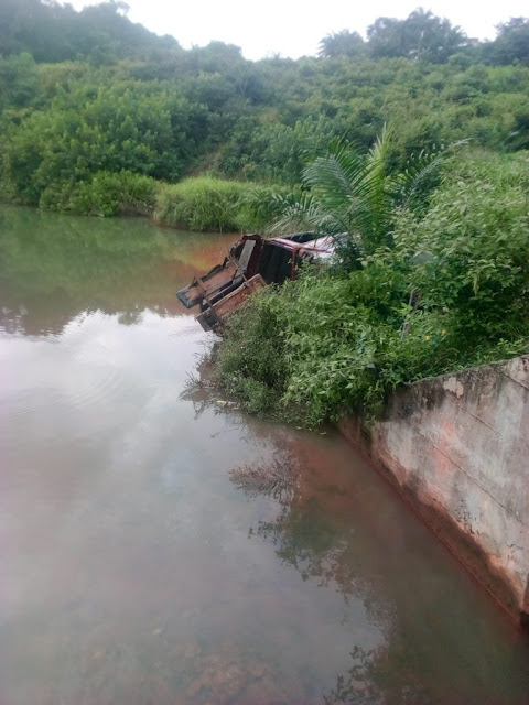 Commercial Bus Veers Into Ubu Osigbu Stream In Anambra (Photos)