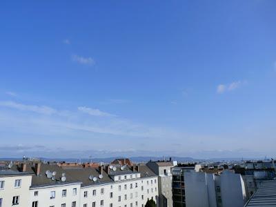 Das aktuelle Wetter in Wien-Favoriten am 15.06.2015  Die Hitze ist gebrochen! Zwar wird es bis zum Mittag nochmals angenehm sonnig und warm mit bis zu 25 oder 26 Grad, die Wolken, die bereits im Westen sichtbar sind, verdichten sich aber zusehends. Eine Kaltfront wird uns am Nachmittag überqueren und für kräftige Schauer und eventuell auch Gewitter sorgen. In Summe kann bis zu 15 l/m² Regen heute fallen! Mit der Front kühlt es ab, die Temperaturen könnten unter die 15 Grad Marke fallen, aktuell haben wir 21,2°C.  Weitere Wetterinformationen zum Tag:http://weatherman68.info/2015/06/15/das-aktuelle-wetter-in-wien-favoriten-am-15-06-2015/  #wetter  #wien  #favoriten  #wetterwerte