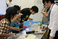 神奈川県青少年センターと開催した「科学のひろば」でのひとこま。実演担当は4年生の北田君です。