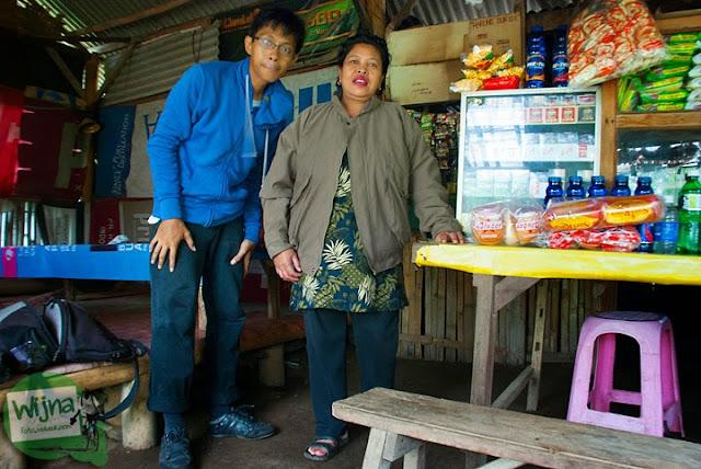 Kisah Bu Sul pemilik salah satu warung sederhana yang ada di kawasan obyek wisata Air Terjun Coban Talun di Kota Batu