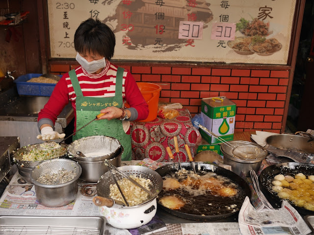Woman making fresh oyster fritters (蚵嗲) at E Dia Zhi Jia (蚵嗲之家) in Kinmen