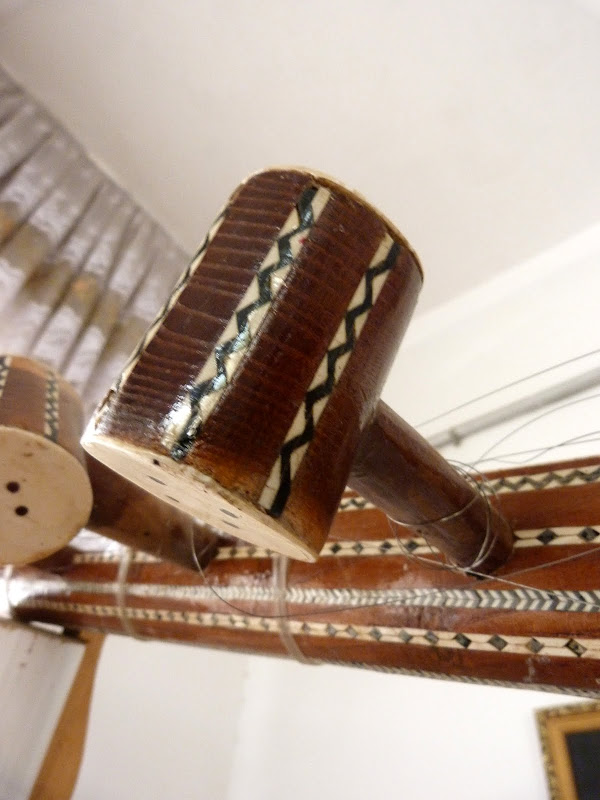 XINJIANG. Kasghar. Fabrique dinstruments de musique - P1280682.JPG