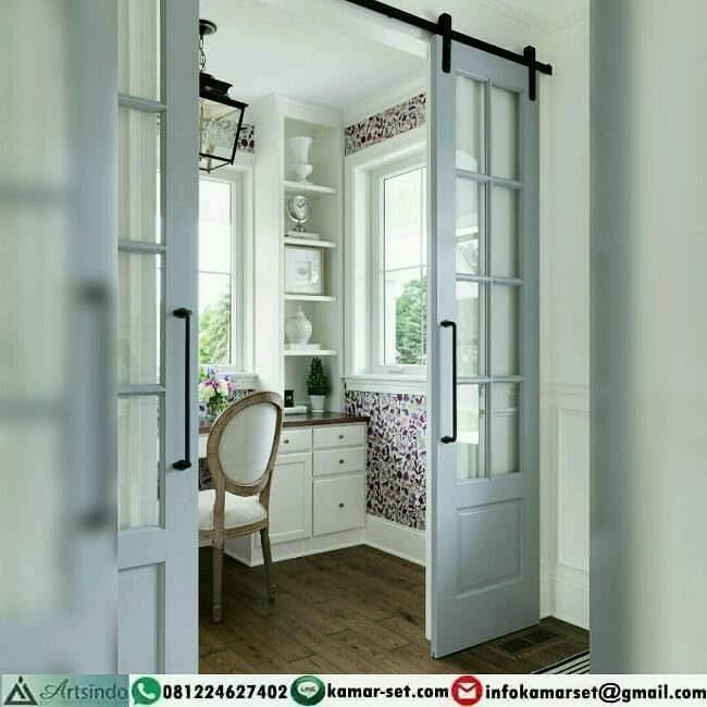 pintu geser di tengah ruangan