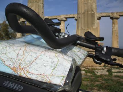 Triathlon-Lenker-Aufsatz und Ortlieb-Lenker-Tasche mit Karten-Tasche vor dem Hera-Tempel in Metaponto, Basilikata, Italien